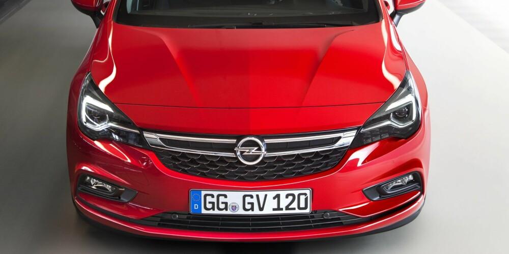 BREDERE: Mange av dagens biler har et aggressivt ansikt. Astra går litt mer i vennlig retning. Den nye Astraen er litt bredere enn forgjengeren. FOTO: Opel