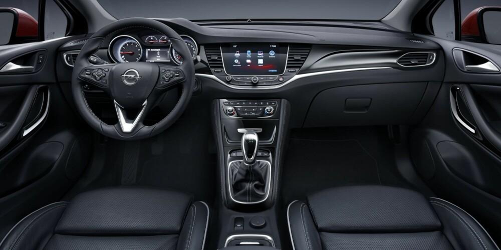 RYDDIG: Visningsbilen vi har sett, har skinnseter og masse utstyr. Førsteinntrykket er at interiøret er ryddig. FOTO: Opel