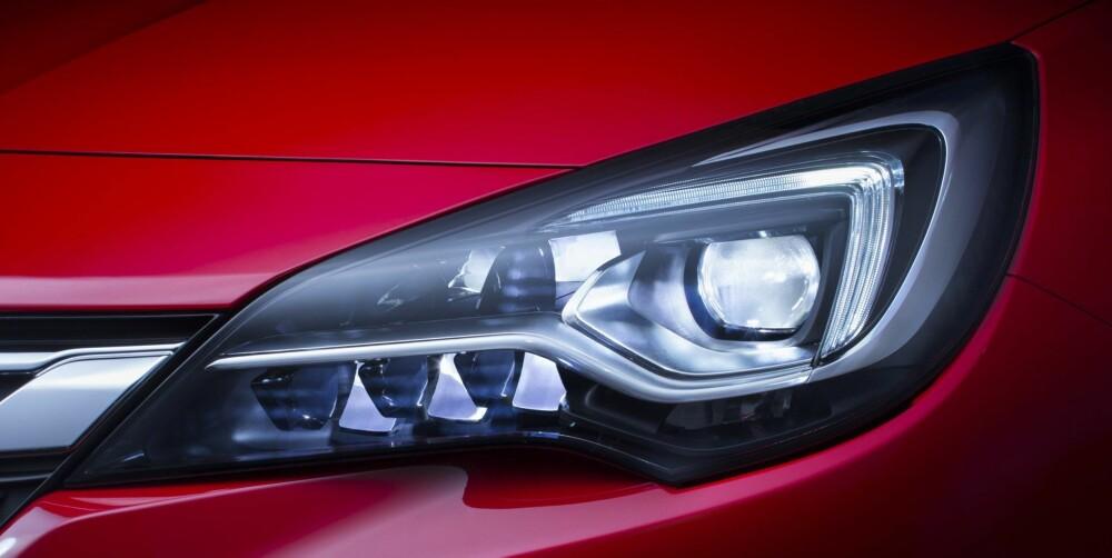 LED: Smarte lykter kommer. Opels utgave har åtte LED-lyspunkter i hver lykt, og du kan kjøre med fullt lys mot motgående biler. De enkelte punktene blendes automatisk ned der andre biler befinner seg. FOTO: Opel