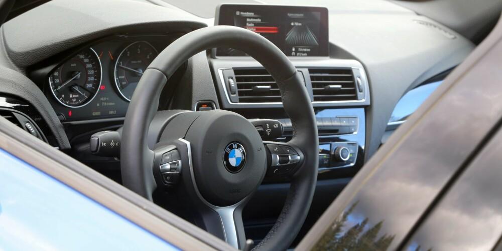 GODFØLELSE: Det tette, velsorterte instrumentbordet gir deg en involverende kjøreopplevelse.