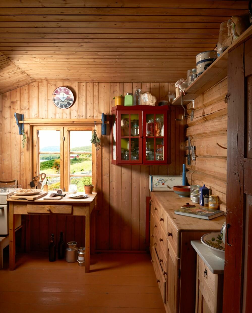 DER DET ER HJERTEROM:  Kjøkkenet er uten gardiner, tekniske hjelpemidler, bortsett fra en gasskomfyr, og uten innlagt vann og strøm. Men familien savner ingenting, bortsett fra et sted besøkende kan samles. Det kan bli litt trangt i selet når 60 – 80 gjester ankommer.