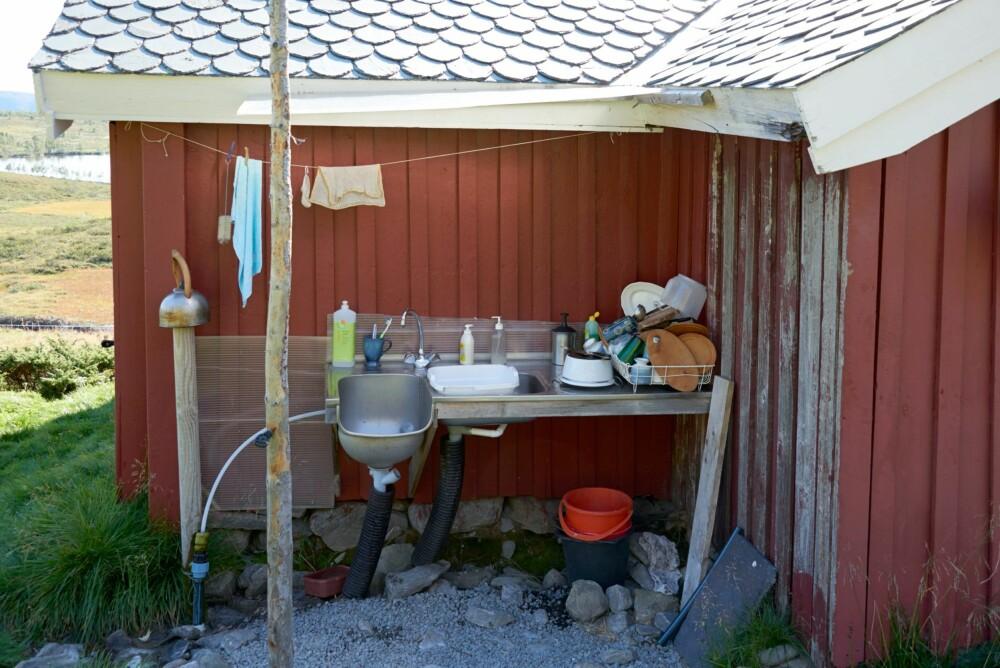 UTEKJØKKEN: Livet på stølen er enkelt, uten innlagt vann og strøm. Oppvasken tas ute med oppvarmet vann fra vedovnen.