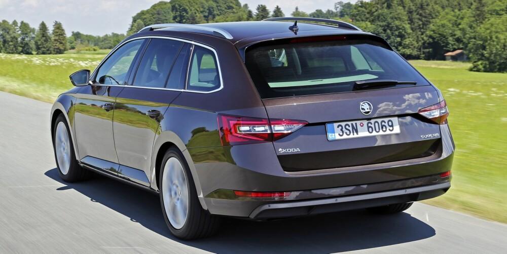 FAMILIEBIL: Skoda Superb er en familiebil som dekker de aller fleste behov. Med 280 hk er den i tillegg rask. FOTO: Produsent