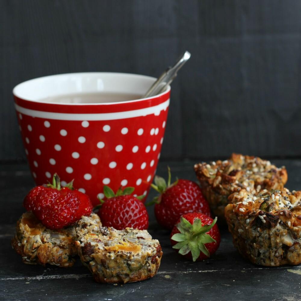 SUNN KOS: Nyt de deilige muffinsene med friske bær og en kopp te.