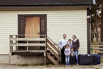 FEM KOFFERTER: Familien fikk plass til alt sitt jordiske godt i fem kofferter. Her utenfor huset i Sarpsborg.
