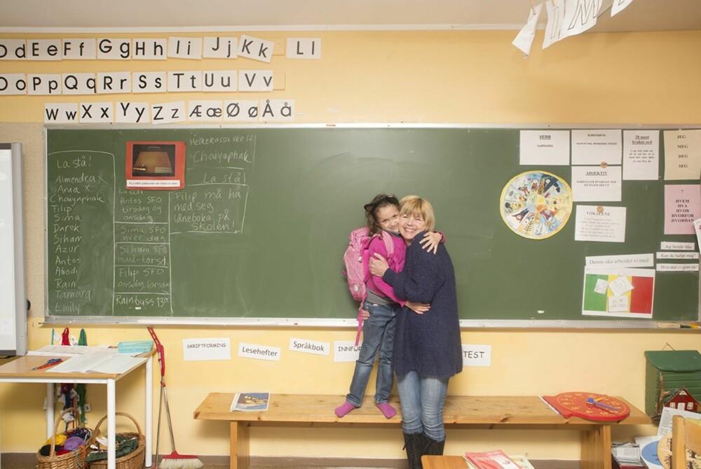 TILVENNING: - Sima er på SFO hver dag. Det var mange tårer til å begynne med og det tok lang tid før hun ville være inne. Men gjennom et godt foreldresamarbeid med fantastiske foreldre løsnet det. Nå traller og synger Sima på vei ned til SFO, hvor hun stortrives, forteller lærer Annikken Solli Olavesen.