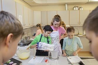 MATINTERESSERT: I mat- og helseklassen lærer Abodi og Kia Karstensen hvordan de skal lage muffins under kyndig veiledning fra lærer Aase Cesilie Sund.