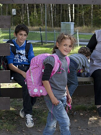 STOLT SKOLEJENTE: Sima viser fram sin nye skolesekk høsten 2014.