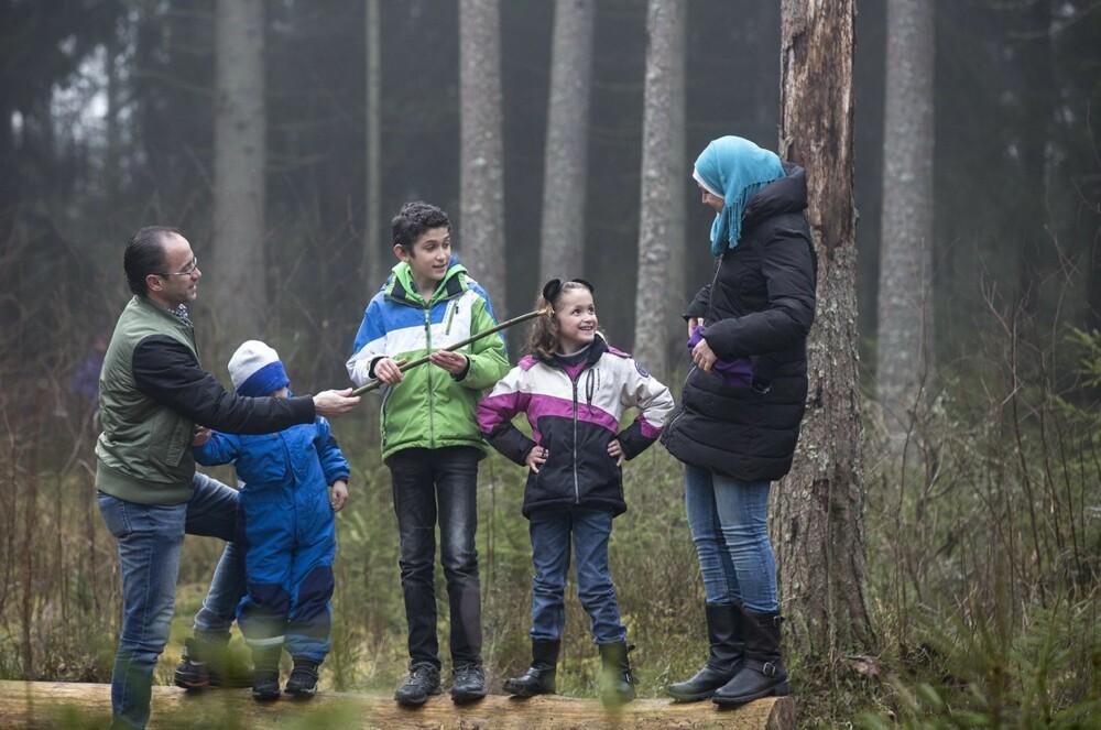 PÅ TUR: Familien benytter seg av Sarpsborgs mange turmuligheter. Dette bildet er tatt senhøsten 2014.