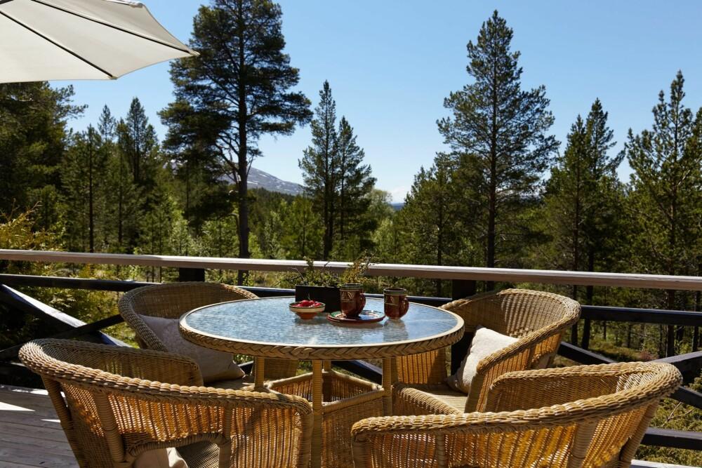 UTEPLASSEN: Herlig å sitte ute på en av hyttas uteplasser.