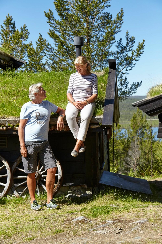 UTSIKT: Taket er et spennende landskap i seg selv, som barnebarna til Marit og Terje elsker å klatre på. Herfra er det en  formidabel utsikt helt inn mot Rondane.