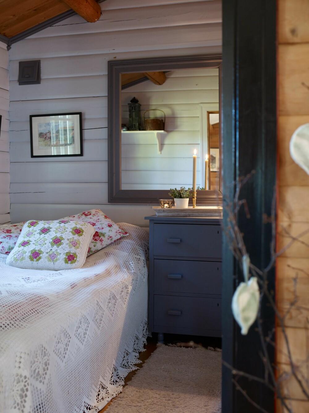 SOVEROM: Soverommet er en del av det første tilbygget. Utsikten er nok litt annerledes enn da vinduet  sto i ytterveggen på campinghytta på Berkåk.