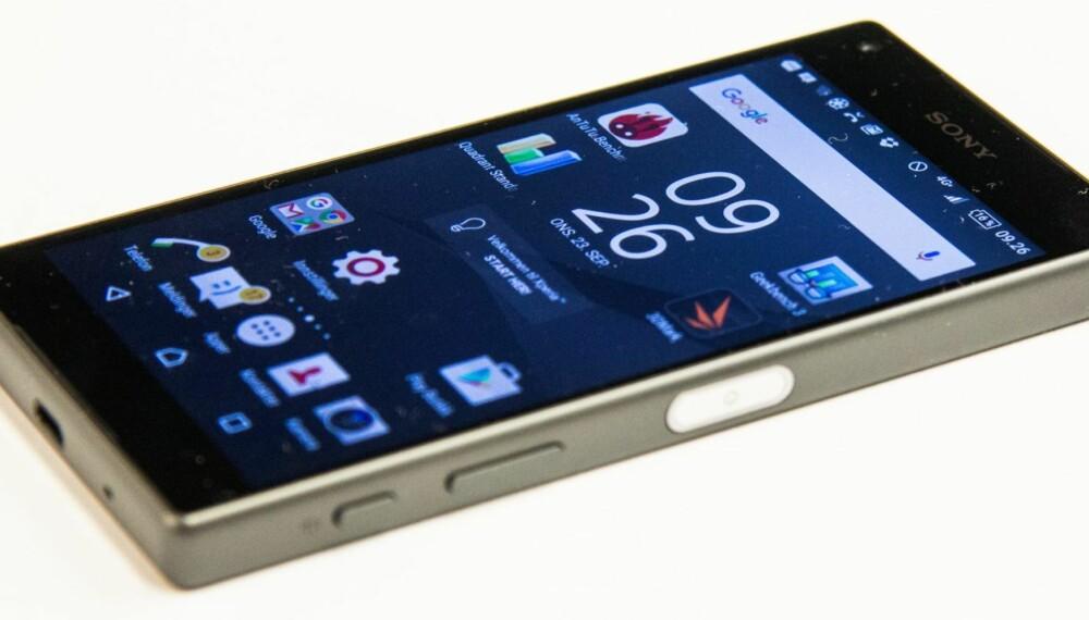 KOMPAKT: Sony har klart å lage en 4.6 tommers mobil som oppleves som svært kompakt og robust.