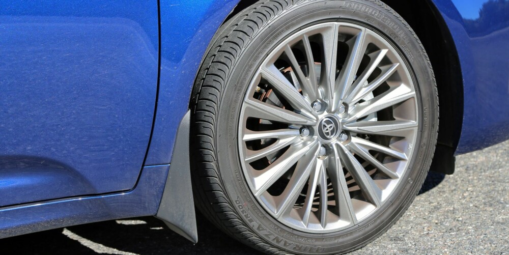 STORT: Toyota i Norge har valgt å sette 18-tommershjul på Avensis med utstyrsgrad Active Style. Det bidrar til at bilen kjennes i overkant stiv der ujevnhetene er kvasse.