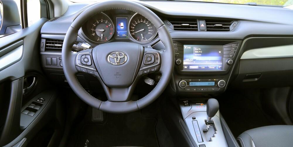 FORBEDRING: Den nye Avensis har fått større skjerm på dashbordet og fremstår som litt mer påkostet enn forgjengeren. Betjeningen er enkel.