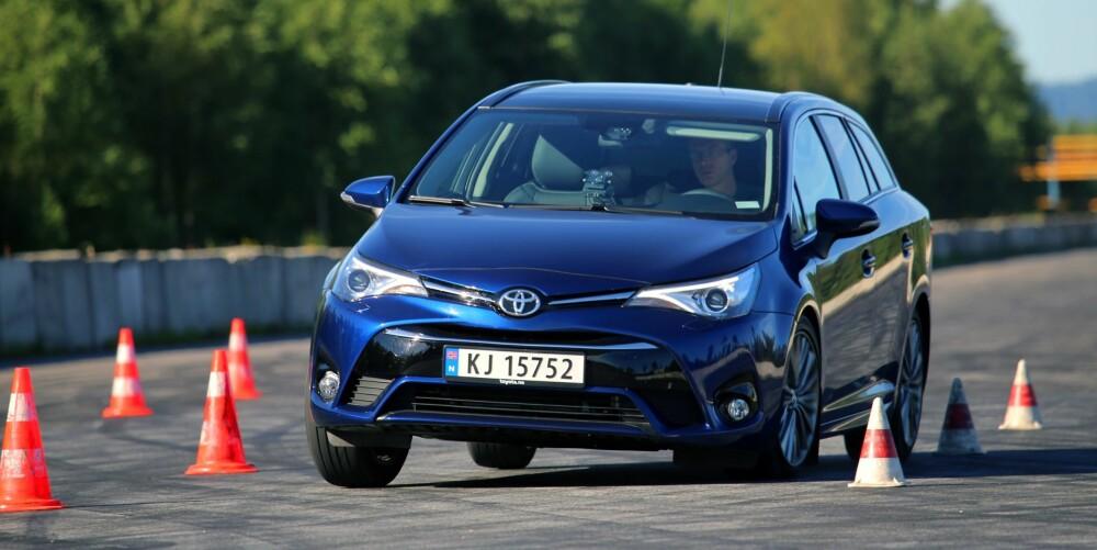 MESTERLIG: Toyota Avensis er eksemplarisk i elgtesten (dobbel unnamanøver). Vi river ikke kjegler før farta er veldig høy, og også da er bilen dønn stabil.