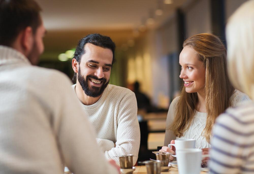 PÅ TVERS: Samfunnet mener ofte mye når folk er venner på tvers av kjønn. Det mener Bourrelle at man må klare å se forbi.