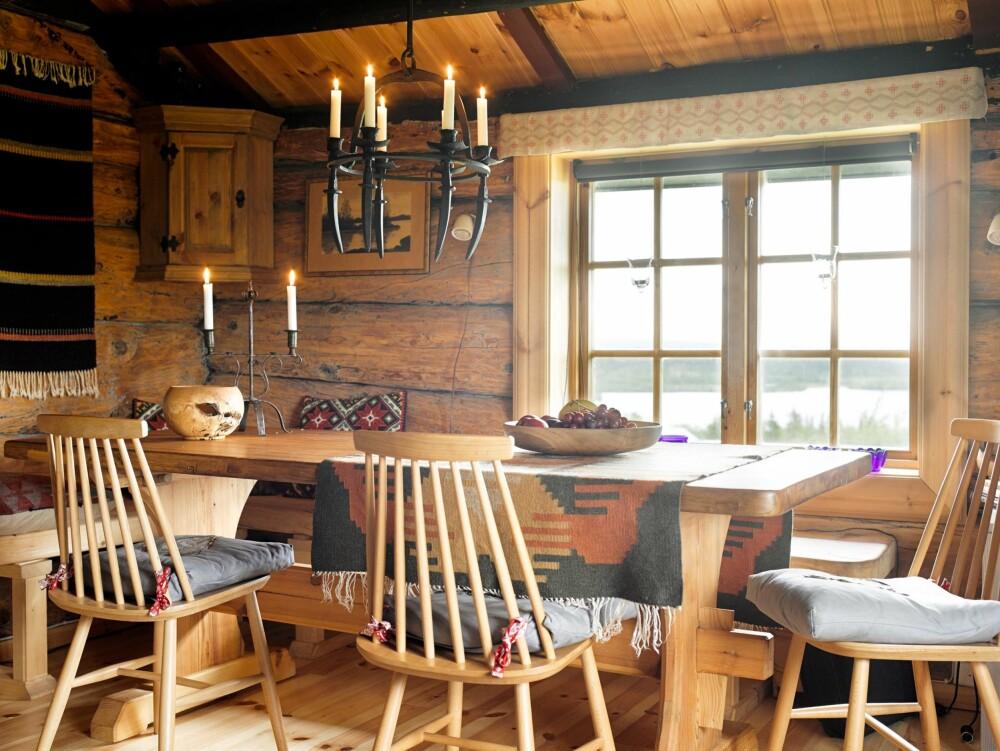 SPISESTUEN: I den lune spisestuen har Tom laget møblene selv, bortsett fra stolene Tellus. Spisebordet er skåret ut av furu og benkene er plassbygget. Lysekronen er laget av den svenske retrosmeden Thomas Eriksson.