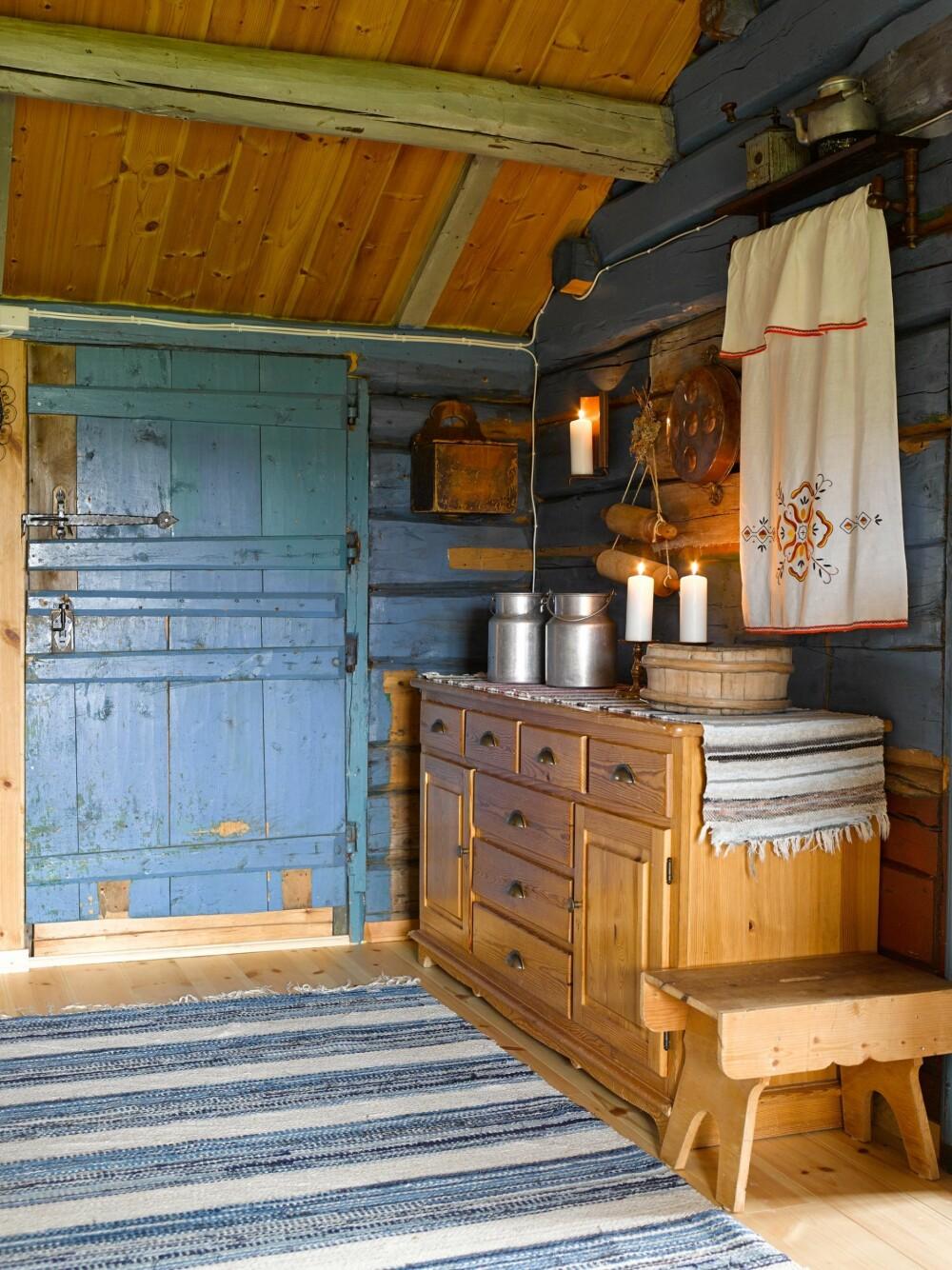 ORIGINALE VEGGER: Berit og Tom Santtu har klart å ta vare på den historiske atmosfæren ved å bevare de originale tømmerveggene og den gamle seterdøren.