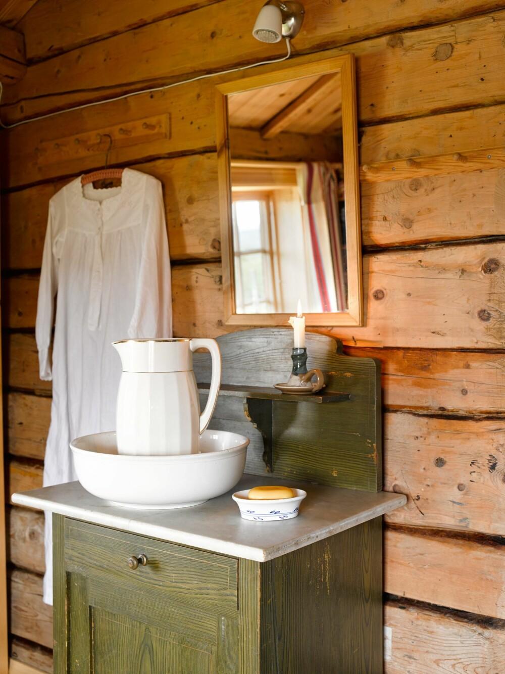 HYGGELIG ATMOSFÆRE: På soverommet står det et vaskevannsfat, og ved siden av henger bestemors nattskjorte fra 1800-tallet.