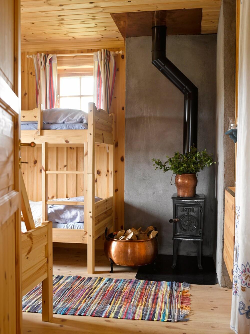 EKSTRA SENGEPLASSER: Tilbygget, som ble satt opp i 2004, inneholder gang, bod, wc og soverom med køyesenger. Her overnatter barnebarna og resten av familien når de er på besøk.