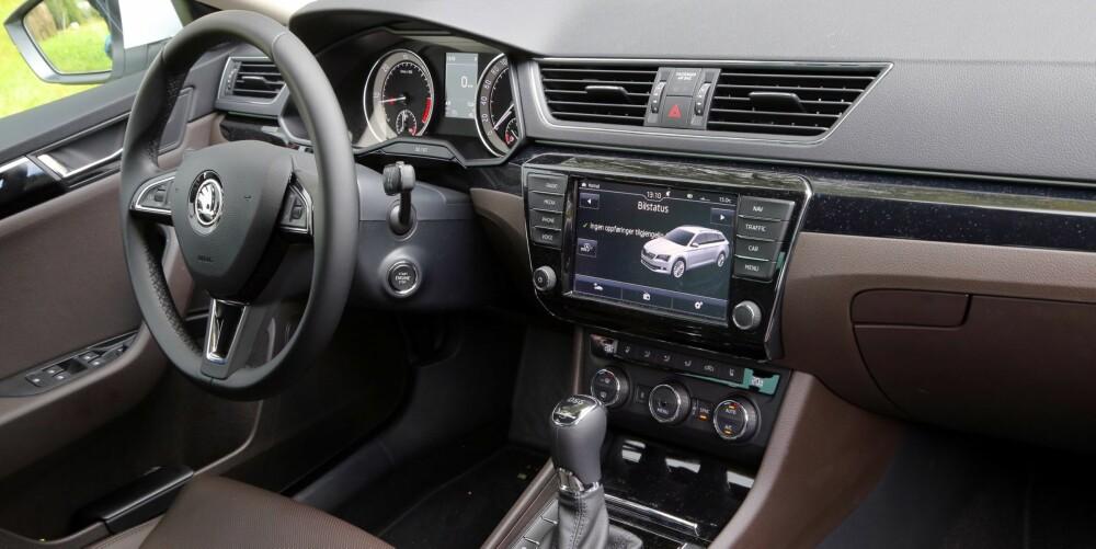 LIKT: Det er mange likheter mellom en Skoda Superb og en VW Passat. Instrumentene er i praksis like, og tingene er plassert på samme sted.
