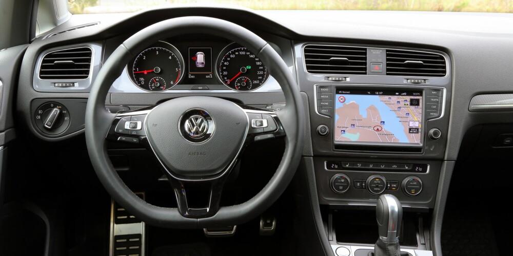 TYPISK GOLF: Interiøret er som i en vanlig 300 000- kroners Golf. 8-tommers skjerm med kart, DVD og 64 GB harddisk koster 18 400 kroner.