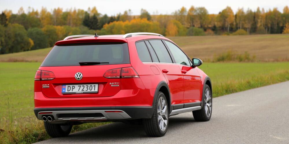 MILD CROSSOVER: VW Golf Alltrack skiller seg fra en vanlig Golf stasjonsvogn med røffere design, 17,5 cm bakkeklaring og beskyttelse under motor/girkasse.