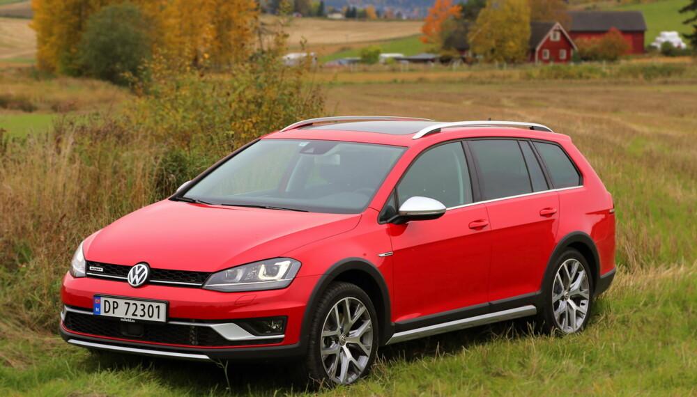 PÅ JORDET: VW Golf Alltrack er en hyggelig bil, men neppe verdt over halvmillionen.