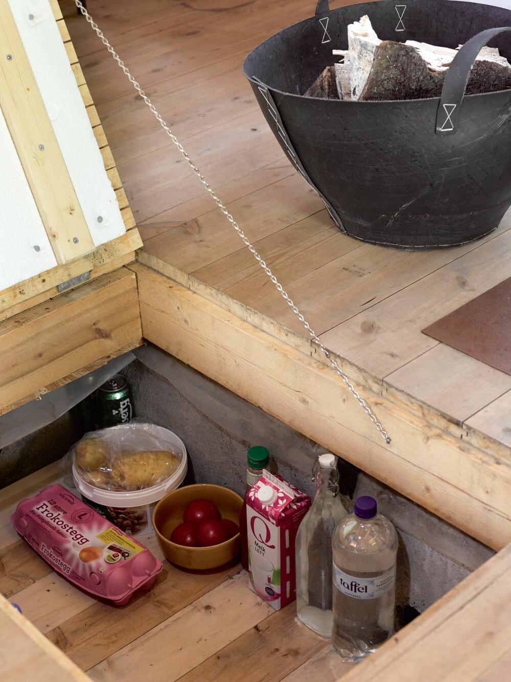 KJØLESKAP UNDER GULVET: Under kjøkkengulvet holder matvarene seg kalde. Gulv og vegger er støpt i betong. Et rør sørger for utlufting.  I bunnen under er det lagt grov pukk.