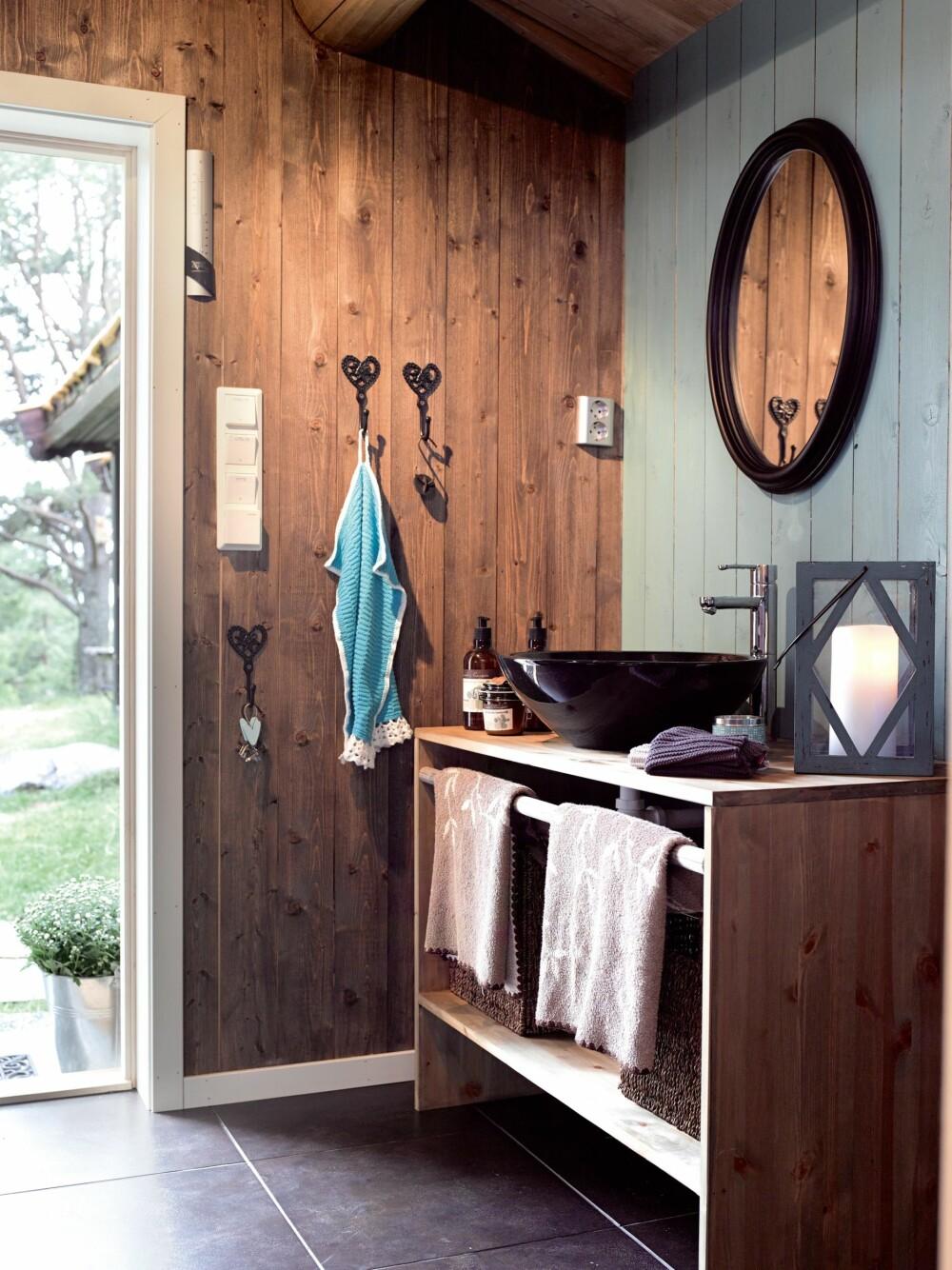 PÅ BADET: Badehuset rommer både dusj, toalett og et teknisk rom. Innredningen er laget av Sidsels far Rolf. Servant og kran fra Rørlegger`n Gjøvik og gulv fra Fagflis, detaljer fra Kremmerhuset.
