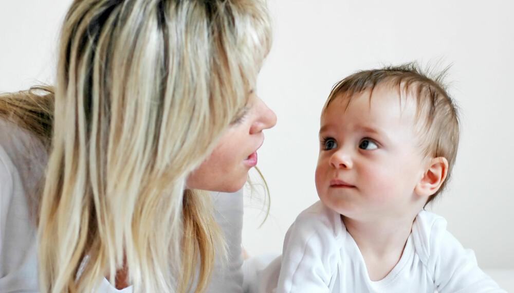 SNAKK MED BABYEN: Samtalene med babyen din bør starte fra dag én, mener ekspertene.