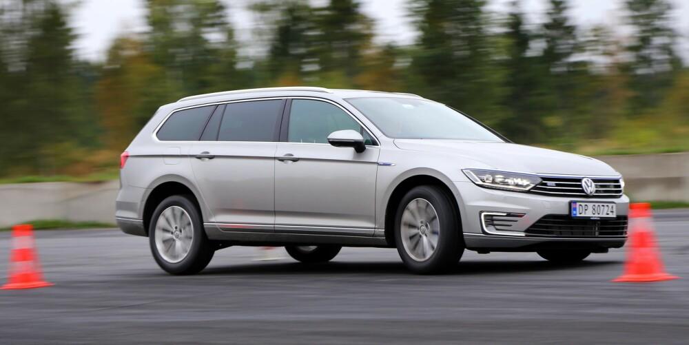 IKKE BRA: Hybridsystemet gjør at VW Passat GTE er mye tyngre bak enn vanlige Passater. Resultatet kjenner vi tydelig i elgtesten (dobbel unnamanøver) - hekken slipper uvanlig mye for ei familiestasjonsvogn.