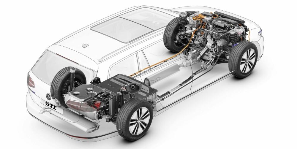 GODT PAKKET: Elmotoren er klemt inn mellom bensinmotoren og DSG-girkassen. Under baksetene ligger batteripakken, og bak den bensintanken på 50 liter.