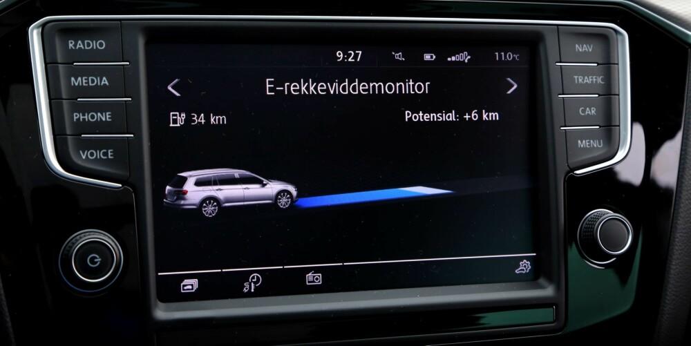 ENERGIINFO: Både på hovedskjermen og den lille skjermen mellom instrumentskivene kan sjåføren se ting som kraftflyt, batterikapasitet og hvor langt bilen har gått med nullutslipp.