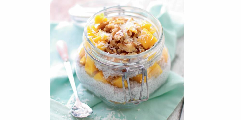 TROPISK CHIAPUDDING: Ha chiafrø og kokosmelk i en bolle, og la den stå i kjøleskapet over natten, så har du en deilig pudding når du våkner - som du kan smaksette som du vil.