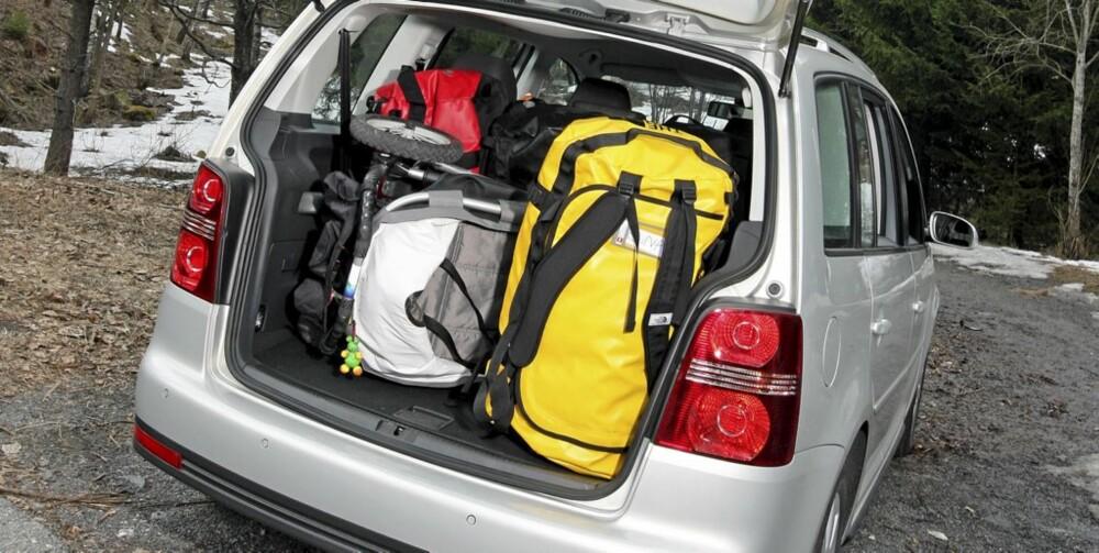 FORBAUSENDE ROMMELIG: VW Touran er bare 4,4 meter lang, men bagasjerommet er like stort som i temmelig store stasjonsvogner.