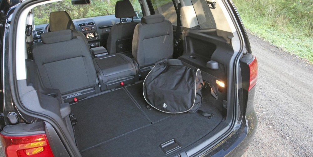 FLEKSIBEL: Det er enkelt å legge ned eller ta opp setene i bilen, så du kan velge om Touran skal være alt fra enseter til sjuseter.