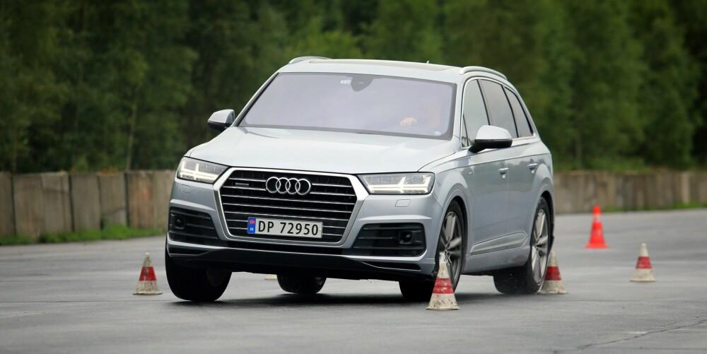 MERKER TYNGDEN: Audi Q7 3,0 TDI har litt å dra med seg gjennom elgtesten. Som andre store SUV-er kjennes den ikke spesielt sportslig.