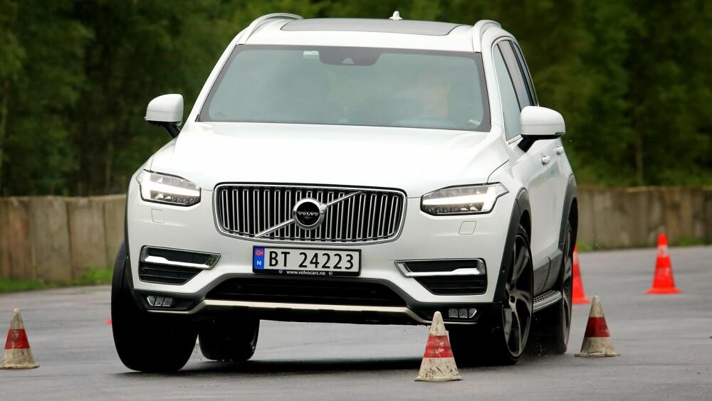 TUNGT: Store SUV-er trives dårlig i kjøreøvelsene våre. Her er Volvo XC90 i elgtesten (dobbel unnamanøver), der den tungt og motvillig endrer retning. Det er verdt å huske for XC90-eiere når snøen legger seg.
