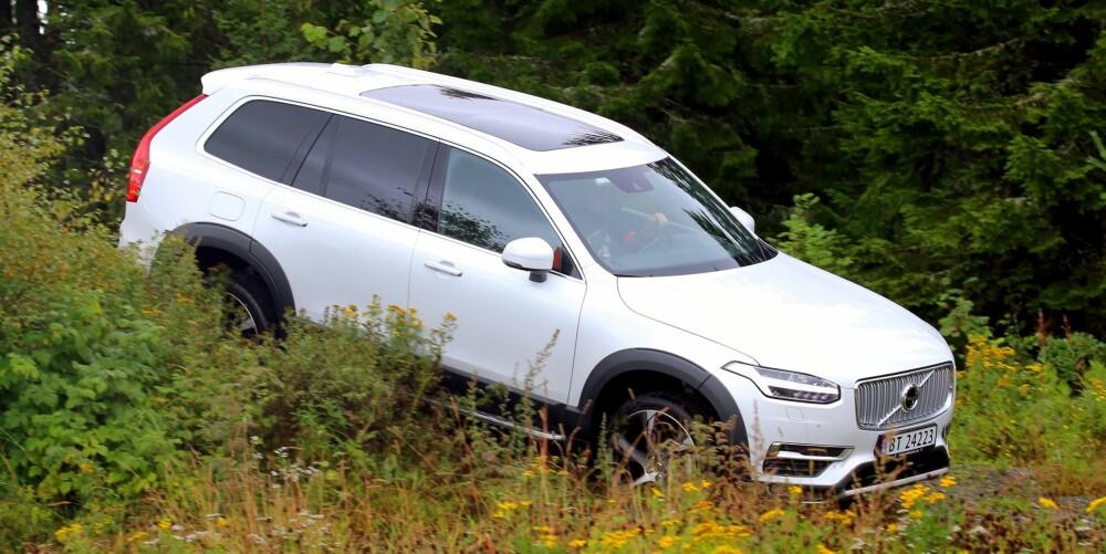 TØFFING: Med luftfjæring kan bakkeklaringen økes, og selv en riktig sjaber hyttevei bør ikke være noe problem. Men av legning hører Volvo XC90 først og fremst hjemme på asfalt.