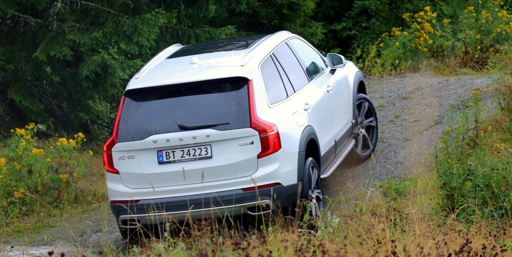 """KJENNETEGN: Produksjonsutgaven av XC90 har langt mer konservative linjer enn bildene Volvo viste av konseptutgaver av bilen. De typiske Volvo-formene på baklyktene er beholdt, mens kjørelysene foran har T-form. Volvo kaller T-en """"Tors hammer"""", for de er opptatt av å understreke hvor Volvo kommer fra."""