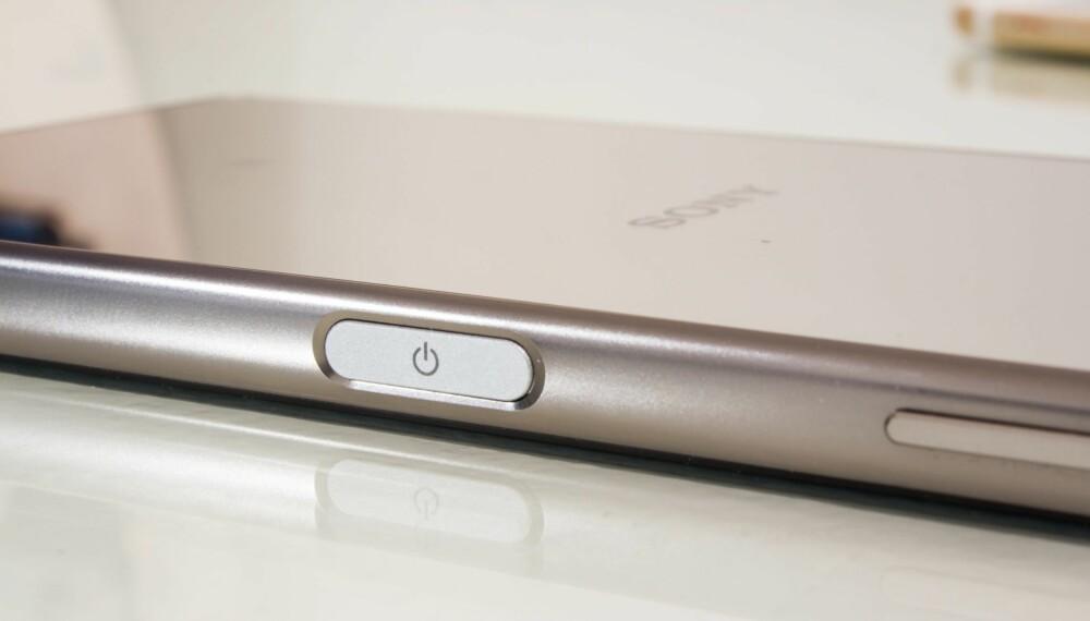FINGERAVTRYKK: På-knappen på siden fungerer også som fingeravtrykksleser. Den er rask og fungerer veldig bra.