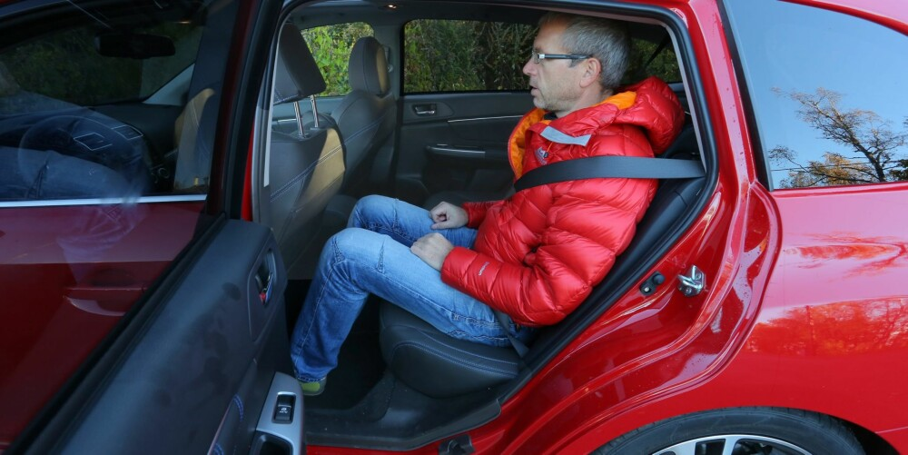 LANGSMAL: Kupeen i Subaru Levorg er relativt smal, men ganske lang. I baksetet er det bra plass til knær og hode også for normalt høye voksne.