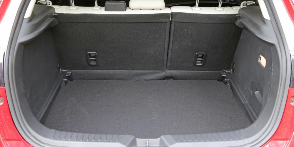 LITE: Med snaut 300 liter volum, er bagasjerommet et av tegnene på at Mazda CX-3 stammer fra en småbil.