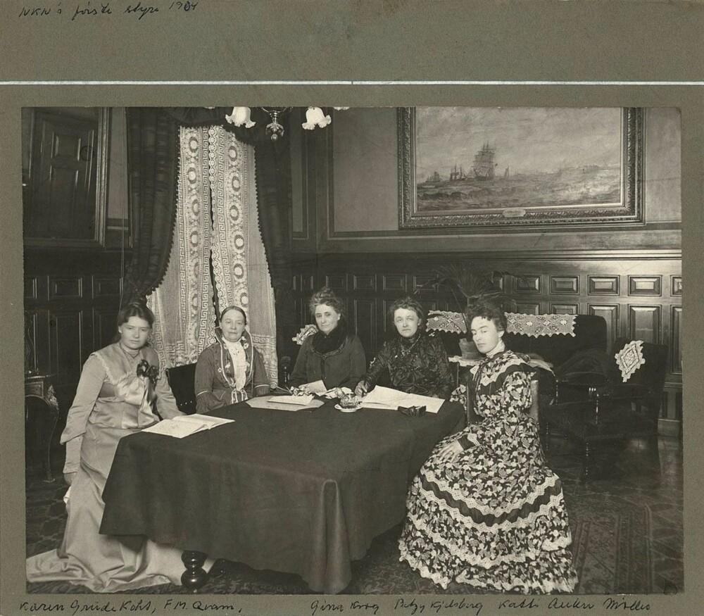 STYREMEDLEM: Da Norske kvinners nasjonalråd ble etablert i 1904, var Katti selvsagt med i styret. Fra venstre: Karen Grude Koht, Fredrikke Marie Qvam, Gina Krog, Betzy Kjelsberg og Katti Anker Møller.