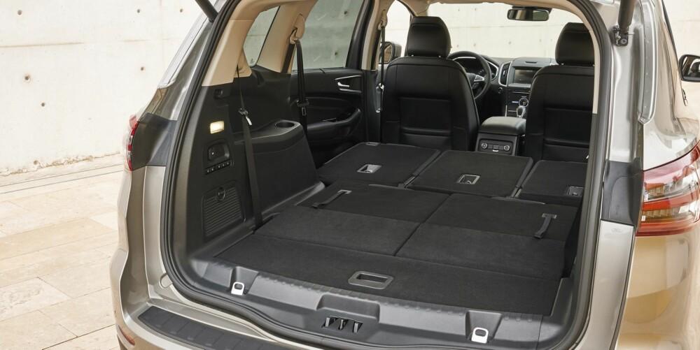 VAREBIL: De sju setene kan felles flatt ned ved å trykke på taster i bagasjerommet (fra utstyrsnivå Titanium). Enklere blir det ikke.