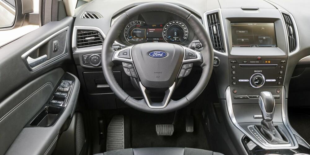 HALVHØY: Sitteposisjonen er nærmere SUV enn stasjonsvogn i Ford S-Max. På dashbordskjermen er funksjonene man bruker oftest samlet.