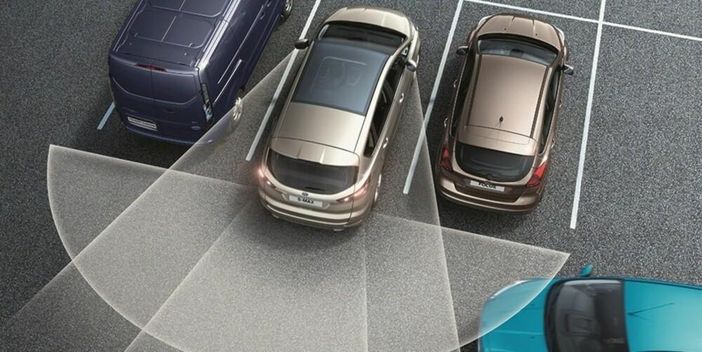 RYGGEHJELP: Ford S-Max kan fås med et system som registrerer kryssende trafikk bak bilen. Omfattende sikkerhetsutstyrspakker tilbys mot relativt sympatiske prispåslag.