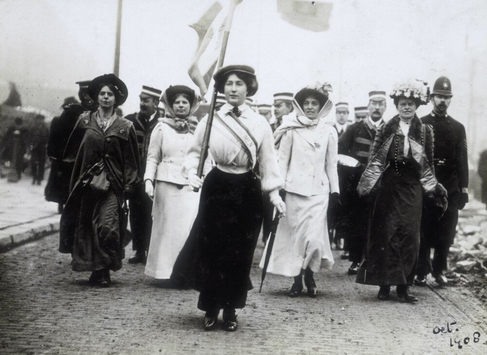 EKTE: Daisy Dugdale var en av suffragettene som kjempet for kvinners rettigheter. Her leder hun en parade i London.
